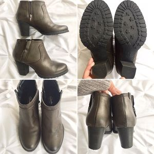 Clarks Shoes - Gorgeous Clark's Mission Halle Leather Ankle Boots